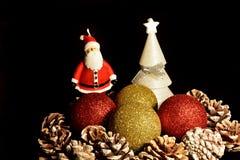 De Kerstman op een slee Kerstmisdecoratie, pinecones, boom, ballen en Santa Claus royalty-vrije stock afbeelding