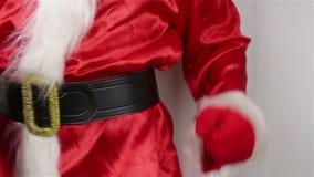 De kerstman past zijn riem rond zijn maag aan stock video