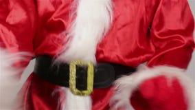 De kerstman past zijn riem rond zijn maag aan stock videobeelden