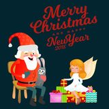 De Kerstman in rode hoed met baard zit op stoel met in hand haas die wens, magische fee met gouden vleugelshulp maakt Stock Foto