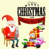 De Kerstman in rode hoed met baard zit op stoel met in hand haas die wens, pinguïnen in kappen en sjaalshulp maakt Stock Fotografie