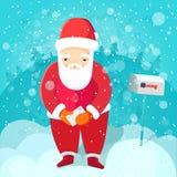 De kerstman in rood kostuum houdt dichtbij brieventribunes Royalty-vrije Stock Fotografie