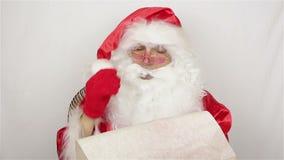 De kerstman schrijft een lijst van giften stock footage