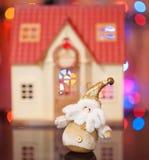 De Kerstman tegen het mooie huis Stock Afbeeldingen