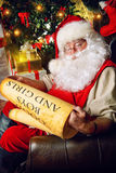 De Kerstman van de lezing stock fotografie