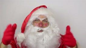 De kerstman zegt vaarwel op grijze achtergrond stock videobeelden