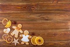 De Kerstmis of Nieuwjaarachtergrond - Eigengemaakte Kerstmispeperkoeken Royalty-vrije Stock Foto's