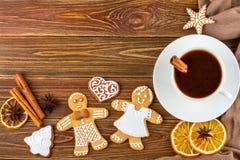 De Kerstmis of Nieuwjaarachtergrond - Eigengemaakte Kerstmispeperkoeken met een kop van koffie Stock Foto's