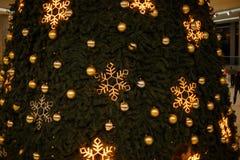 De Kerstmisachtergrond, beeldonduidelijk beeld bokeh defocused lichtendecoratie op Kerstmisboom Royalty-vrije Stock Fotografie