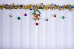 De Kerstmisachtergrond, klok verfraait Stock Afbeelding