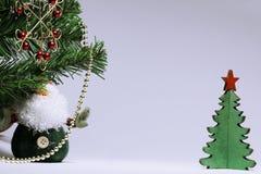 De Kerstmisachtergrond met een rode gesmede sneeuwvlok, Santa Claus en een licht als thema hebben Met decoratie en klatergoud royalty-vrije stock afbeelding