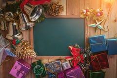 De Kerstmisachtergrond met feestelijk verfraait voorwerpen jpg Stock Afbeeldingen