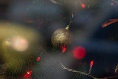 De Kerstmisachtergrond met Kerstboom en de lichten sluiten omhoog Stock Fotografie