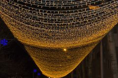 De Kerstmisachtergrond met lichtenkerstmis steekt grens aan Het gloeien kleurrijke Kerstmislichten op een zwarte achtergrond royalty-vrije stock foto