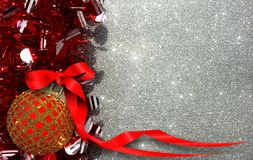 De Kerstmisachtergrond met rood en geel ornament op een zilver schittert achtergrond stock fotografie