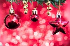 De Kerstmisballen en het sterornament verfraaien op spar met rood Royalty-vrije Stock Afbeeldingen