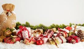 De Kerstmisbanner met gift-verpakt stelt voor stock afbeeldingen