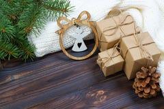 De Kerstmisdecoratie, de giftvakjes en de engel stellen kaderachtergrond, hoogste mening met exemplaarruimte op voor witte houten Royalty-vrije Stock Foto's