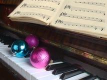 De Kerstmisdecoratie liggen op een piano royalty-vrije stock afbeeldingen