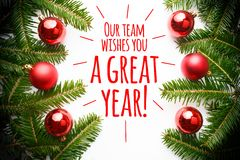 De Kerstmisdecoratie met het bericht ` Ons team wenst u een groot jaar! ` Royalty-vrije Stock Afbeelding
