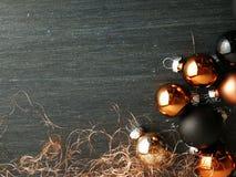 De Kerstmisdecoratie met snuisterijen kleurde zwarte en koper stock afbeelding