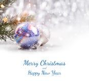 De Kerstmisdecoratie met spar vertakken zich op houten achtergrond met vage sneeuw, het vonken, het gloeien en tekst Vrolijke Ker Royalty-vrije Stock Foto
