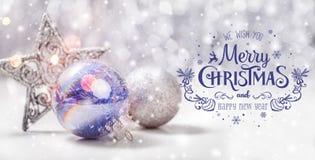 De Kerstmisdecoratie met spar vertakken zich op houten achtergrond met vage sneeuw, het vonken, het gloeien en tekst Vrolijke Ker Stock Fotografie