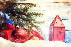 De Kerstmisdecoratie met stelt, snuisterijen en rode lantaarn voor Royalty-vrije Stock Afbeelding
