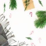 De Kerstmisdecoratie, sjaal, pijnboomboom vertakt zich, suikergoed en giftdoos op witte achtergrond Het concept van de Kerstmiswi royalty-vrije stock foto's
