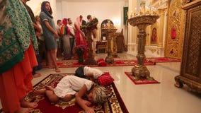 De Kerstmisdienst en de wake op Feest van de Geboorte van Christus van Christus (Russische Orthodoxe Kerk) stock video