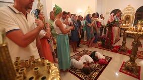De Kerstmisdienst en de wake op Feest van de Geboorte van Christus van Christus (Russische Orthodoxe Kerk) stock videobeelden