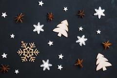 De Kerstmiselementen op donkere vlakke achtergrond, leggen royalty-vrije stock foto