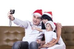 De Kerstmisfamilie neemt een foto Stock Fotografie