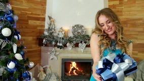 De Kerstmisgift, mooi meisje geniet van giften in het mirakel van handenkerstmis, portret van wijfje, geeft verpakt feestelijk stock video