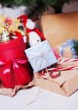 De Kerstmisgiften liggen onder de Kerstboom Royalty-vrije Stock Afbeeldingen