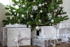 De Kerstmisgiften onder de boom verzilveren speelgoed en ballen Nieuw jaar 2019 royalty-vrije stock foto's