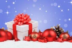 De Kerstmisgiften stelt de achtergrond van de sneeuwsterren van de ballendecoratie voor Royalty-vrije Stock Afbeelding