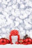 De Kerstmisgiften stelt de sneeuw van de achtergrond ballendecoratie portra voor Royalty-vrije Stock Fotografie