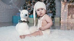 De Kerstmiskinderen spelen, verheugen zich stock footage