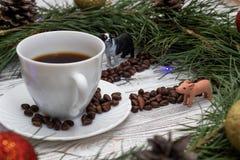 De Kerstmisklok van spar wordt gemaakt vertakt zich, wijzers van pijnboomnoten, een kop van koffie en Kerstmisspeelgoed op een ho stock afbeelding