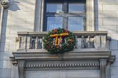De Kerstmiskroon op het balkon Royalty-vrije Stock Afbeelding