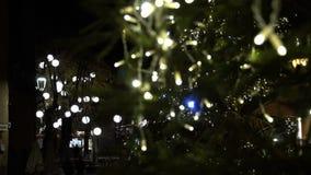 De Kerstmislichten bieden altijd een warmteatmosfeer FDV aan stock videobeelden