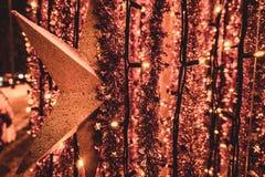 De Kerstmislichten en de glanzende ster zijn buiten hangen Gelukkig Nieuwjaar Kyiv, de Oekraïne stock foto's
