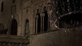 De Kerstmislichten in oude stad bieden altijd een warmteatmosfeer FDV aan stock videobeelden