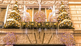 De Kerstmislichten verfraaien een venster in Rome stock afbeeldingen