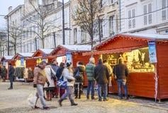 De Kerstmismarkt bij nacht tijdens de feestelijke periodeverkopers verkoopt van tijdelijke houten chalets Stock Fotografie