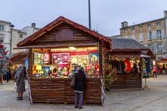 De Kerstmismarkt bij nacht tijdens de feestelijke periodeverkopers verkoopt van tijdelijke houten chalets Stock Afbeelding