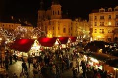 De Kerstmismarkten bij het Oude Stadsvierkant in Praag, Tsjechische Republiek Stock Afbeelding