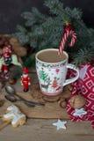 De Kerstmissamenstelling met een mok koffie, suikergoedriet, spar vertakt zich en Kerstmisdecoratie stock afbeeldingen