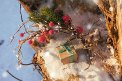 De Kerstmissamenstelling met giftdoos verfraaide groen lint Royalty-vrije Stock Fotografie